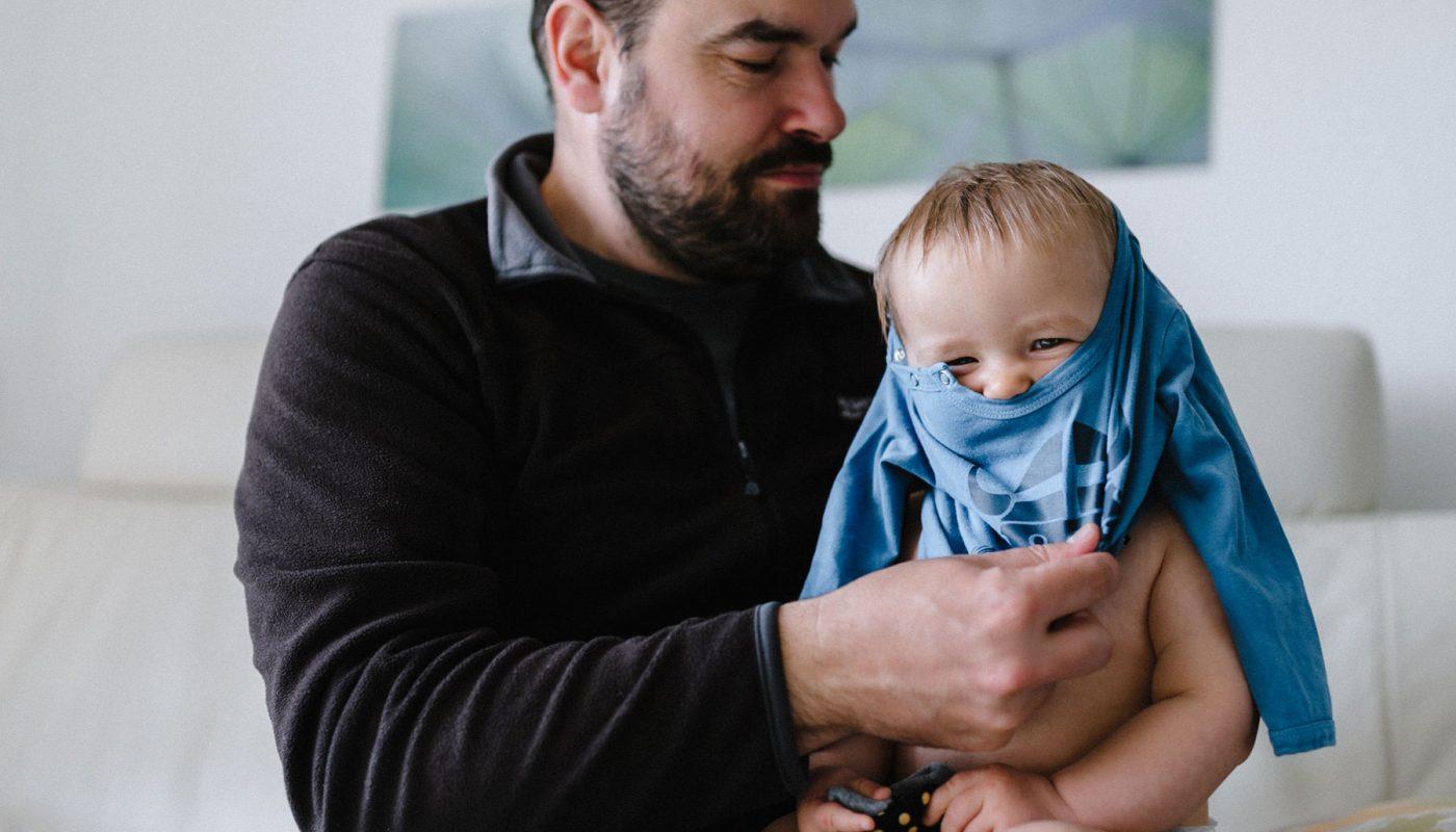 Vater und Sohn beim Anziehen