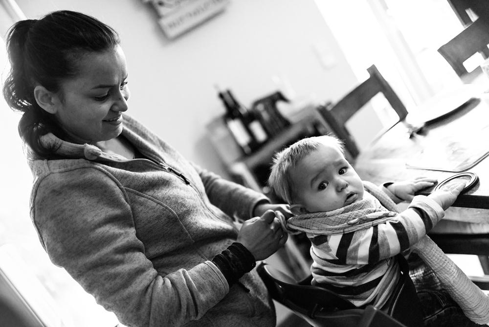 Kind Lätzchen umbinden Familienalltag