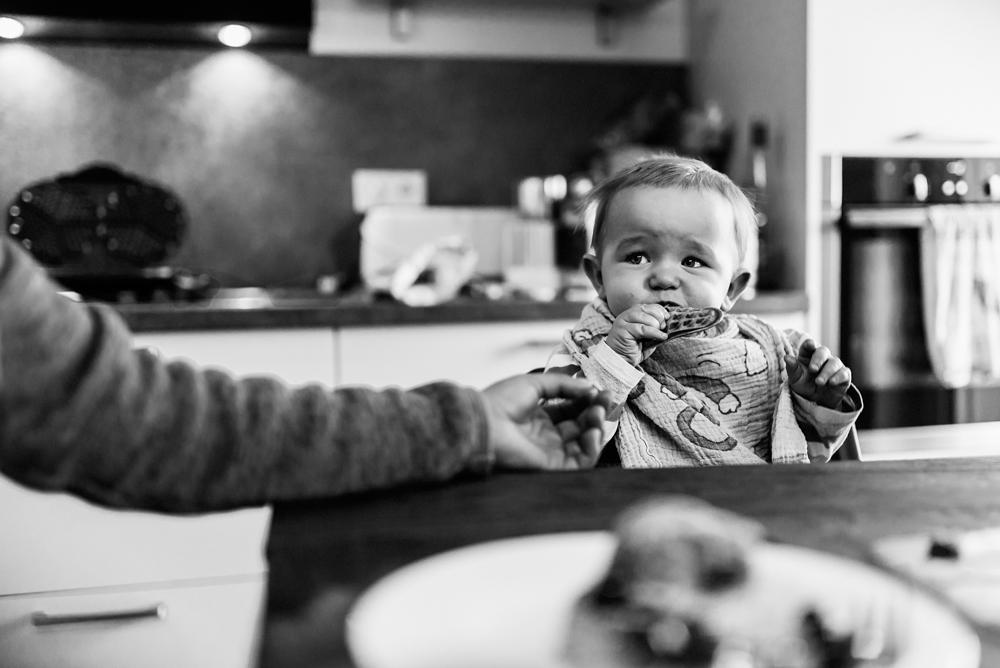 Kind isst Waffel