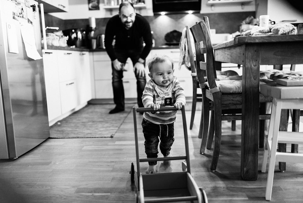 Kleinkind lernt Laufen, Familienfotografie