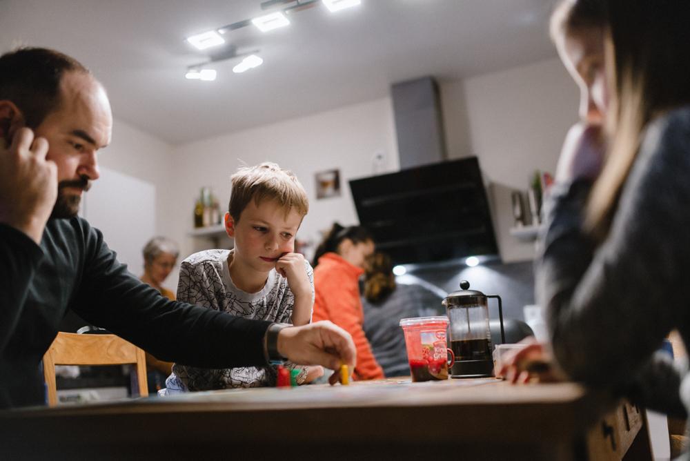 Familie spielt Brettspiel