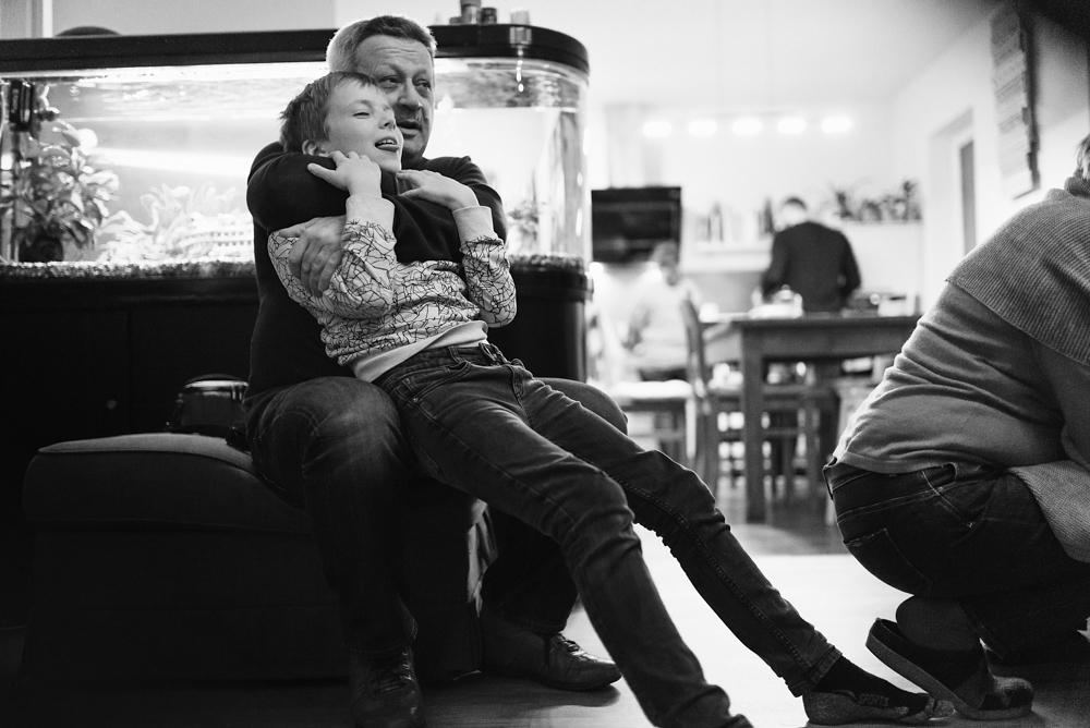 Opa und Enkel machen Quatsch Familienfotografie